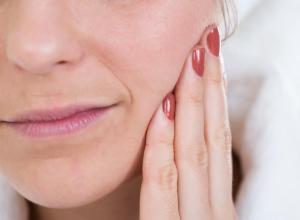 Saiba como aliviar uma dor de dente: pode ser um desafio